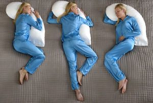posición al dormir de una mujer