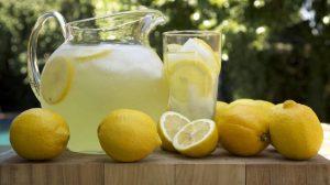 toma agua de limón en lugar de pastillas