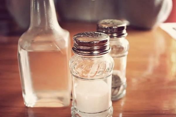 Pon un vaso con sal vinagre y agua en casa
